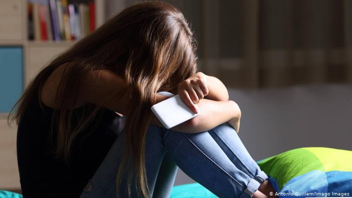 نظرسنجی: دختران در شبکههای مجازی بیشتر از روی جادهها آزار و اذیت را تجربه میکنند